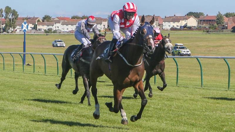 Travel Lightly stays on strongly to win at Ayr