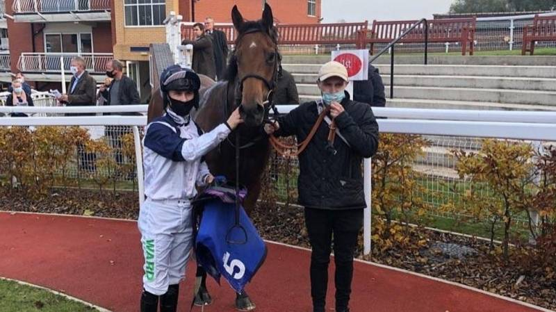 PIVOTING makes all to win at Pontefract under Jason Hart